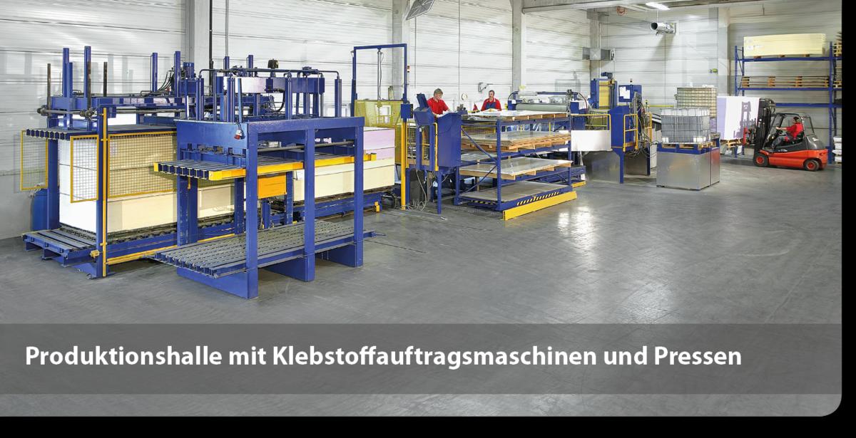 Produktionshalle mit Klebstoffauftragsmaschinen und Pressen für Sandwichelemente