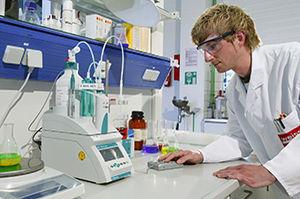 Mitarbeiter im Labor bei der Entwicklung von Klebstoff
