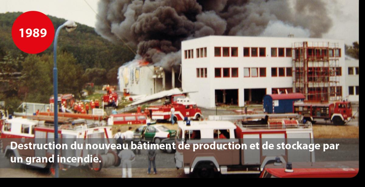 Destruction du nouveau bâtiment de production et de stockage par un grand incendie.