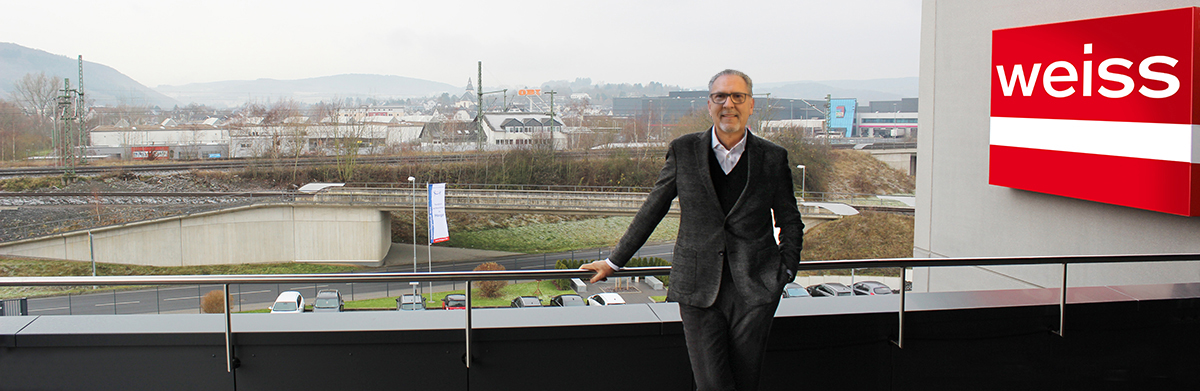 Jürgen Grimm mit Haiger im Hintergrund