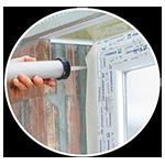 Sklejanie taśmy spoinowej z ościeżnicami okiennymi i drzwiowymi.
